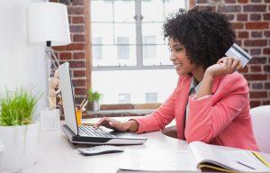 妇女检查个人账户的情况